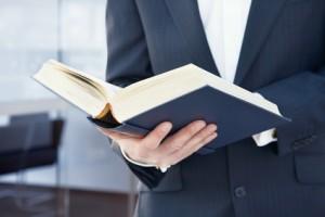 Geschäftsmann mit Buch in der Hand